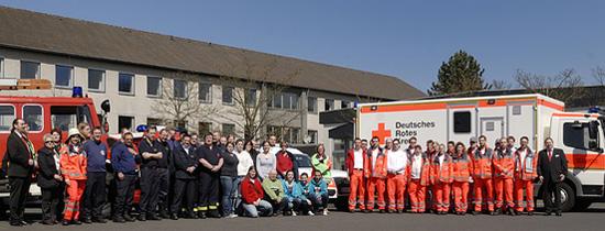 Foto: Düsseldorfer Bereitschaft steht mit Ausrüstung vor ihren Einsatzfahrzeugen.